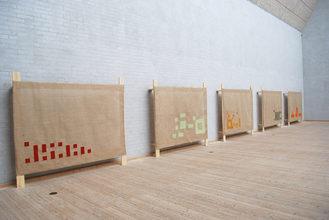 Fem grundplaner. Installation med broderi. 2014. Bomuld, sækkelærred, forskallingsbrædder. 135x185x20 cm.